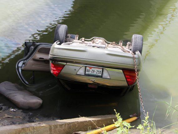 Joven conductor se salva milagrosamente de terrible accidente.