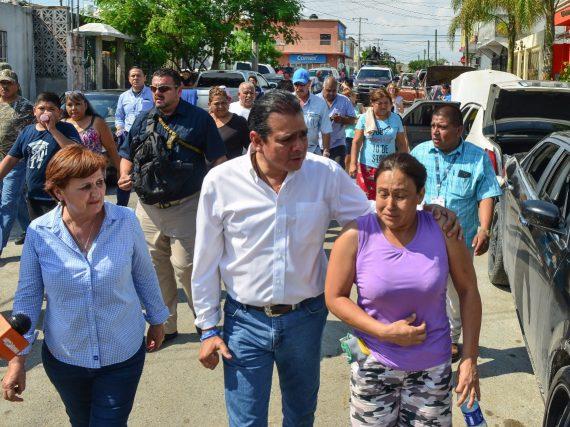 Se mantiene alcalde cerca de las familias afectada por inundaciones.