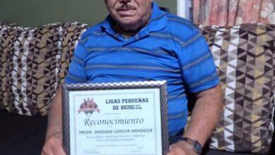 DAN RECONOCIMIENTO AL PROF. ONÉSIMO GARCÍA MENDOZA POR SU TRAYECTORIA DOCENTE Y DEPORTIVA EN BIEN DE LA COMUNIDAD.