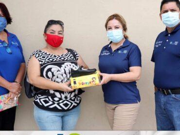 LA DOCTORA LETICIA PEÑA VILLARREAL, ENTREGA ZAPATOS ESCOLARES EN LA ESC. PRIM. MIGUEL HIDALGO DE LA COLONIA CUAUHTÉMOC