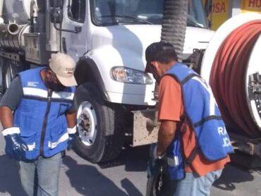 Supervisan ciudadanos trabajo de saneamiento del drenaje sanitario