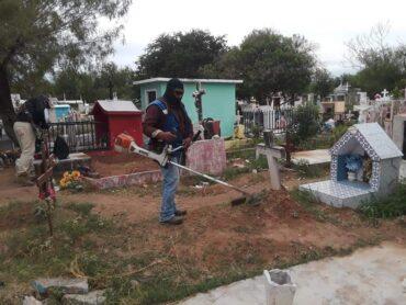 Realizan limpieza en panteones municipales, se reportan listos para Día de Muertos.